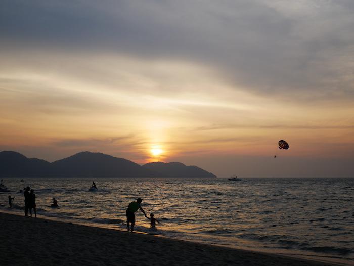 Ne loupez pas le coucher du soleil à Batu Ferringhi !