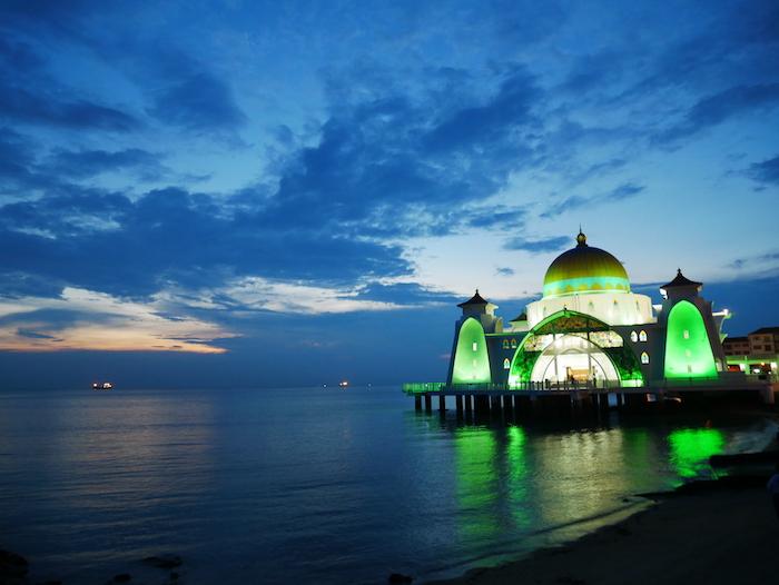 Ne loupez pas le coucher de soleil sur la mosquée flottante de Melaka !