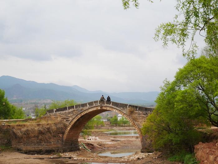 Comment s'appelle le pont à Shaxi ?