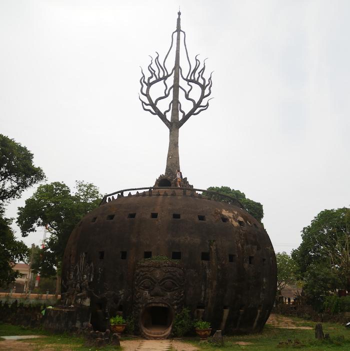 On entre ou pas dans la bouche du Buddha Park ?