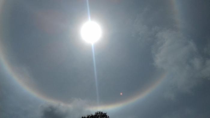 Un arc-en-ciel autour du soleil !