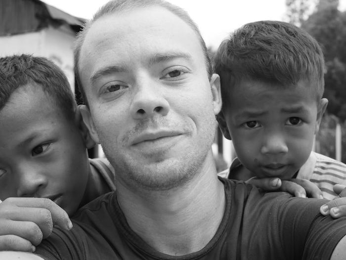 Romain et deux enfants de l'école.