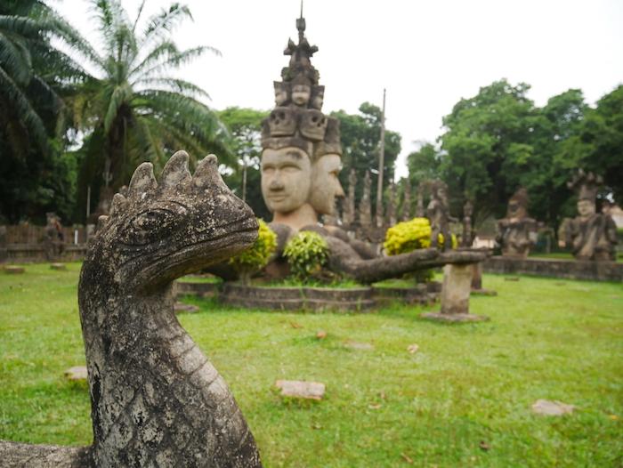 Mais que représente cette statue avec des têtes de mort ?
