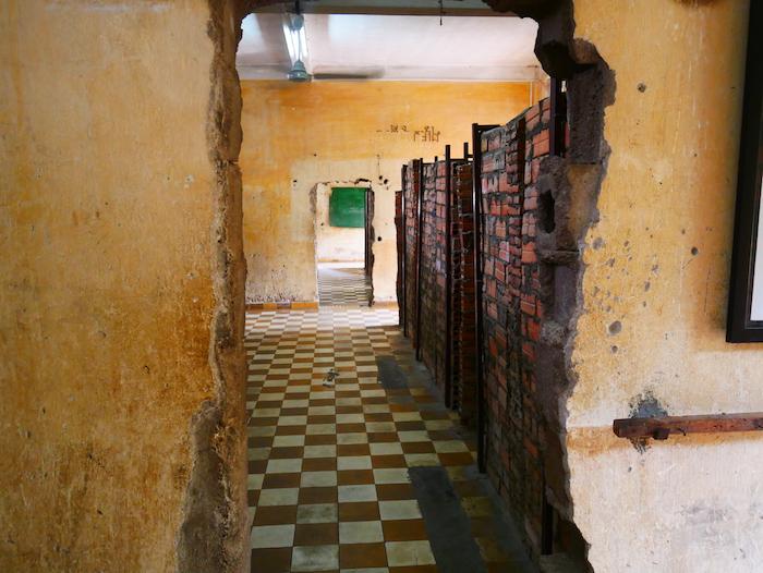 Où était enfermé les dissidents au régime des Khmers Rouges ?