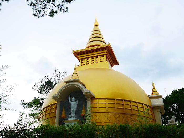 L'ambiance du monastère est tout sauf apaisante.