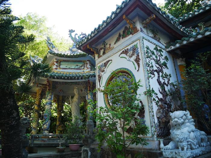 Combien y a-t-il de temples à la Marble Mountain ?