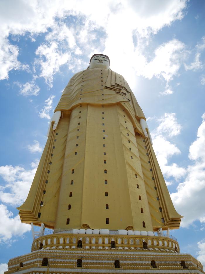 On se sent petit aux pieds du deuxième plus grand bouddha debout.