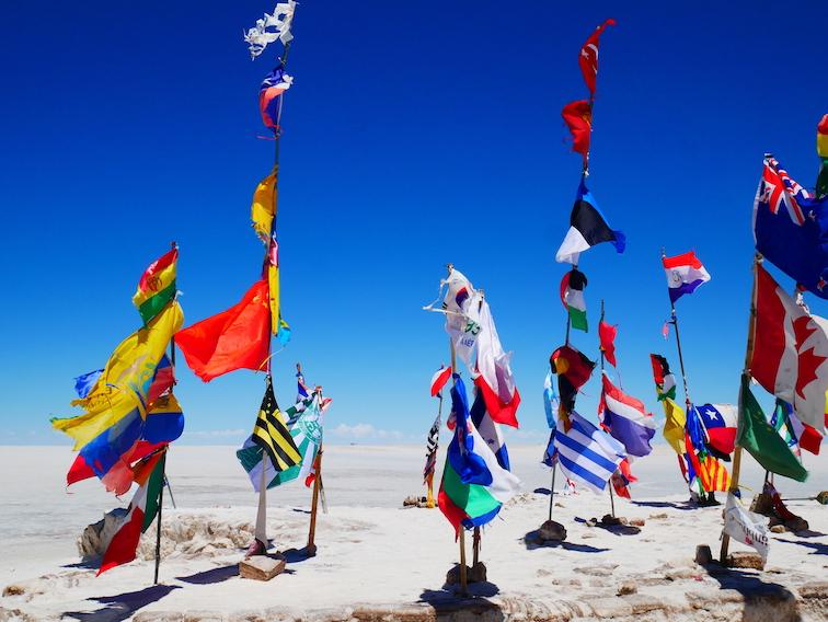 Les drapeaux du Salar en Bolivie.