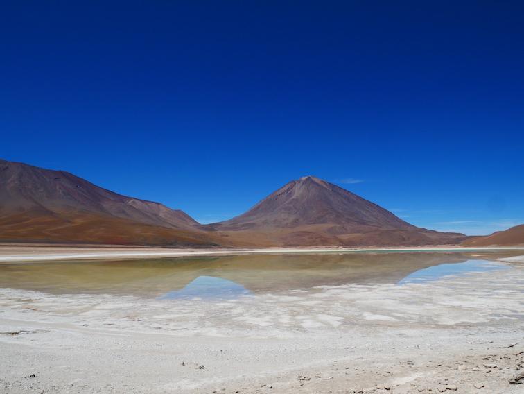 Une lagune qui passe d'une couleur à l'autre.
