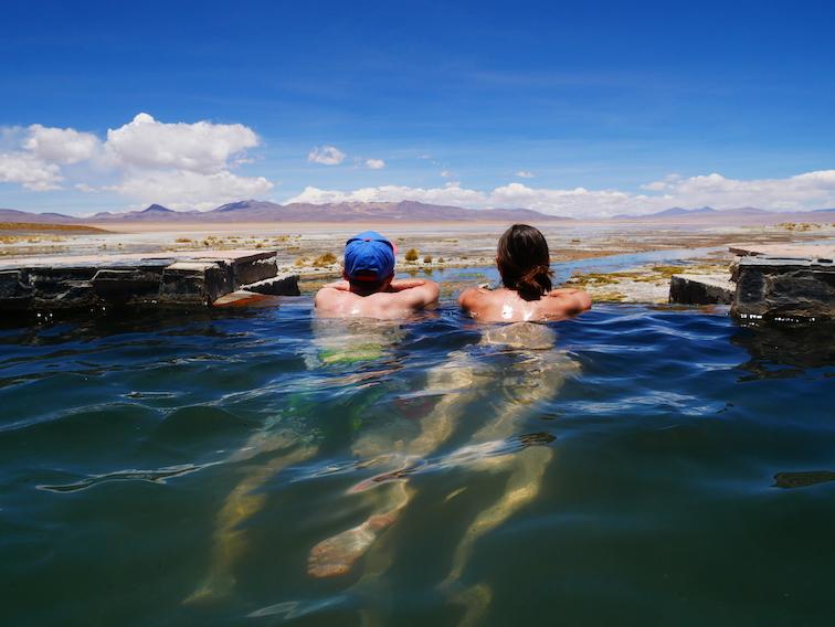 Lagune et source d'eau chaude en Bolivie.