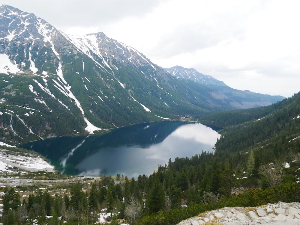 Vue panoramique sur le lac Morskie Oko.
