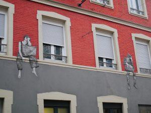 Façade avec du street art.