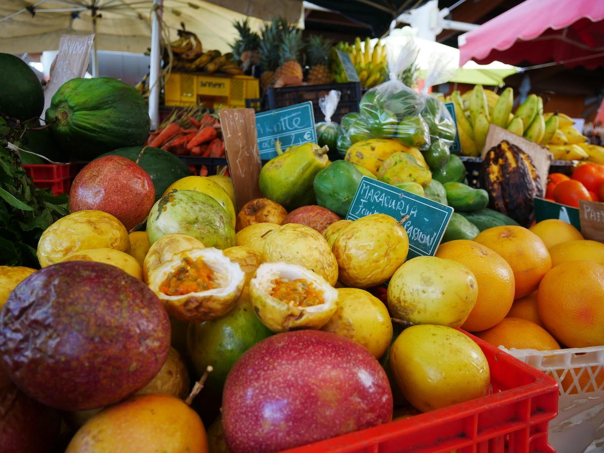 Les fruits du marché de Basse-Terre.